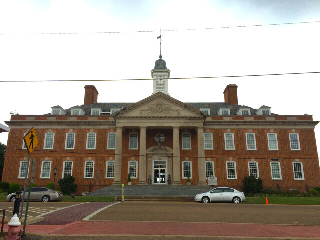 Hardin County  Tennessee courthouse in Savannah  Tennessee image